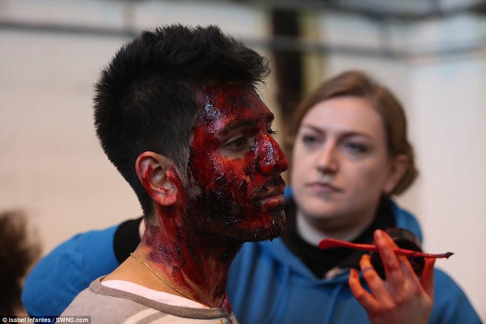Παίζοντας το μέρος: Ένας ηθοποιός έχει το πρόσωπό του καλύπτεται στο στάδιο συνθέτουν, όπως ο ίδιος ετοιμάζεται να παίξει ένα θύμα της καταστροφής επίδοξους στο Λονδίνο