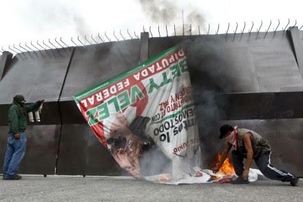 Normalistas queman propaganda en Chilpancingo. Foto: Germán Canseco