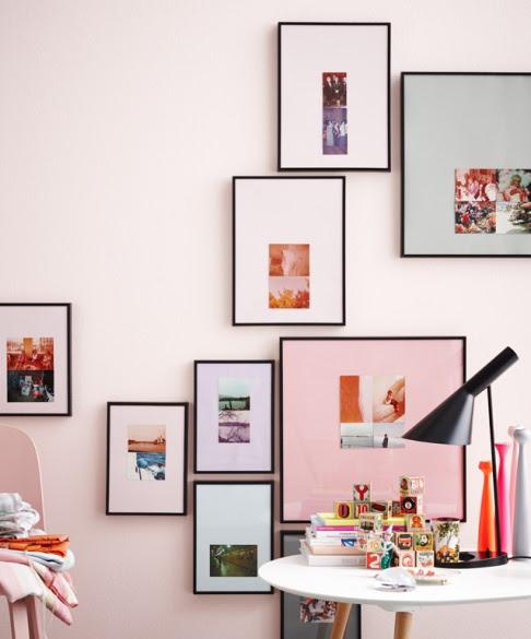 Einige Bilder hängen so tief, dass sie teilweise von Möbeln verdeckt werden. Dadurch entstehen überraschende Effekte.