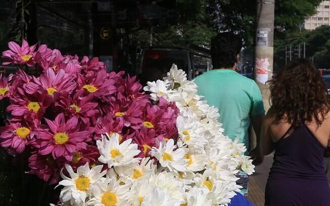 Em 2 de novembro, Dia de Finados no Brasil, pessoas lotam os cemitérios e deixam flores e objetos em homenagens aos parentes que já se foram. A data é um dia triste e de memória para muitos. Foto: HUGO ARCE / Fotos Públicas