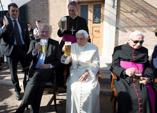 El Papa emérito celebró su 90 cumpleaños con un miembro de la delegación alemana, su hermano Georg Ratzinger y el que fue su secretario personal, Georg Gänswein