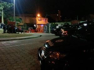 Homem é morto após ser baleado no Jardim Santa Cruz em São José (Foto: Jonatan Morel/TV Vanguarda)