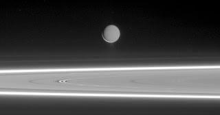 Encelado: polvo brillante de hielo