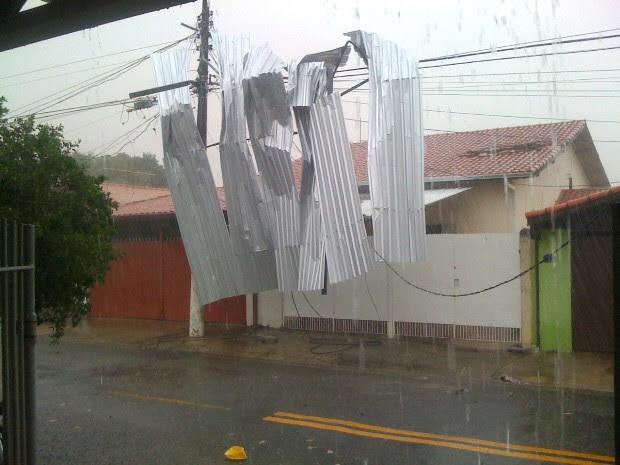 Telhado de uma obra atingiu casas vizinhas e a rede elétrica em São José dos Campos durante a forte chuva que atingiu a cidade nesta terça-feira (1) (Foto: José Américo do Carmo)