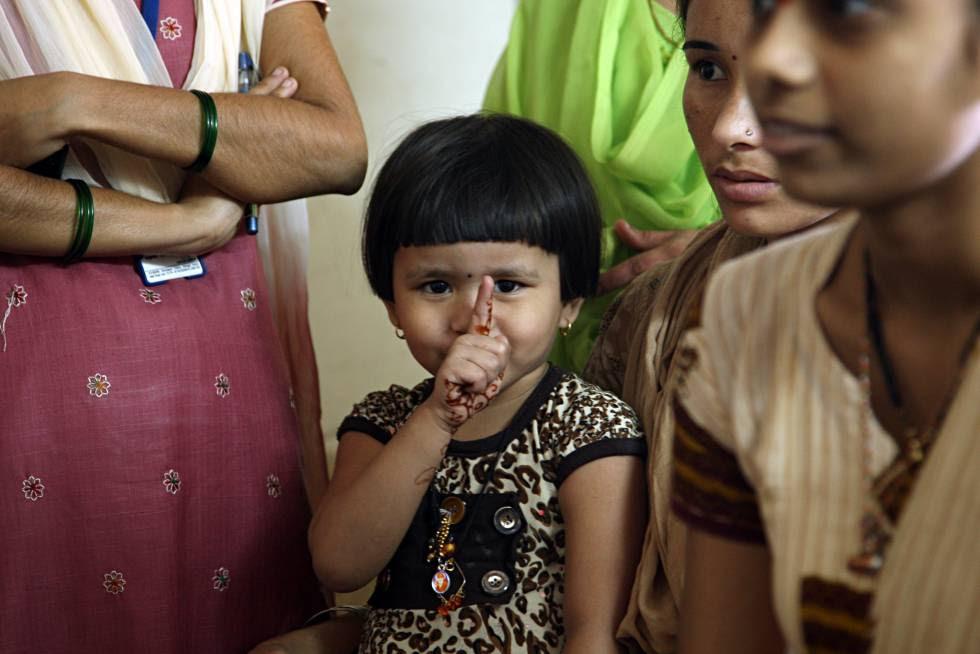 Una niña pequeña en una reunión comunitaria en Mumbai, India.