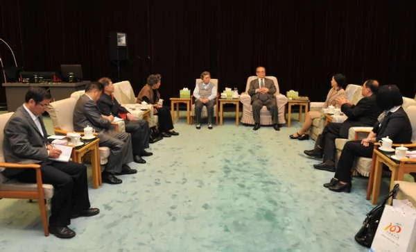 江泽民夫妇与上海海洋大学校长等人座谈