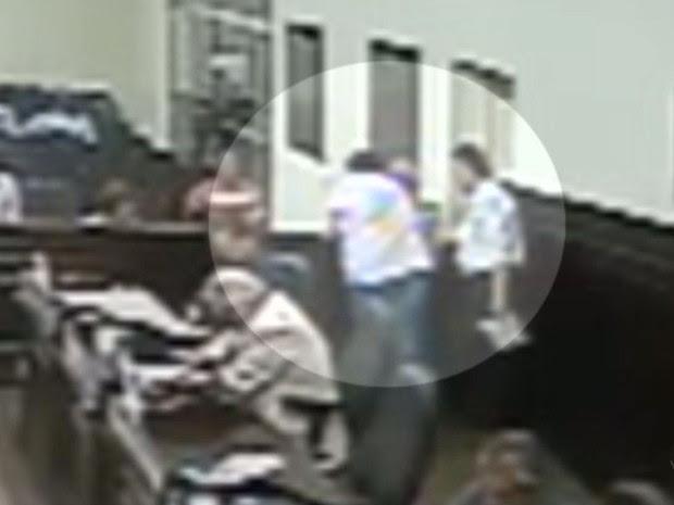 Vereador foi agredido por morador durante sessão que votava nota de repúdio a nomeação do ex-presidente Lula (Foto: Reprodução/EPTV)