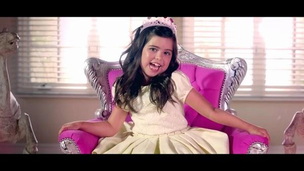 """Sophia Grace tem uma linda mensagem para todas as garotas do mundo em seu novo clipe com SIlentó, """"Girl in The Mirror""""!"""