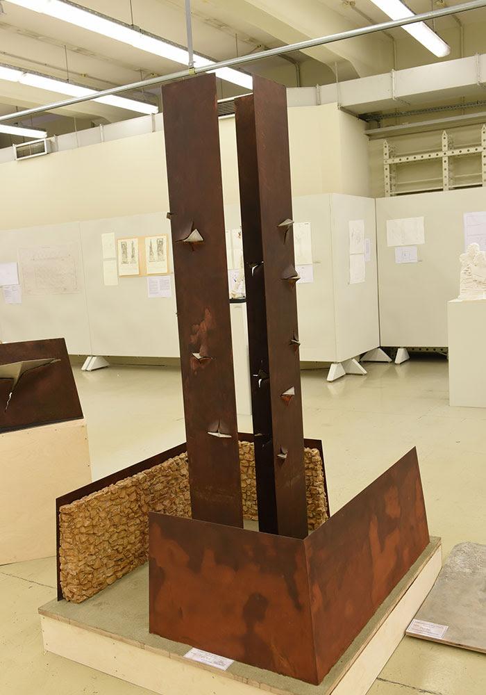 Μνημείο του ΚΚΕ στη Γυάρο: Ανανεώνει το λεξιλόγιο της μνημειακής και στρατευμένης τέχνης (ΦΩΤΟ)