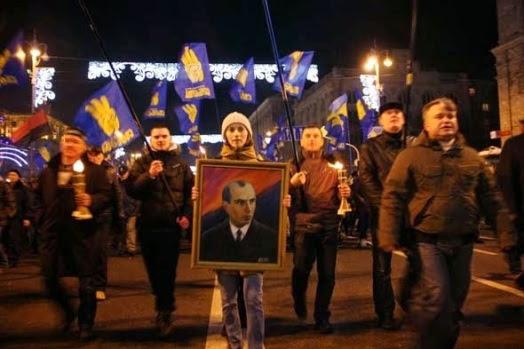 Manifestantes con la bandera de Svoboda y una imagen de Stepán Bandera