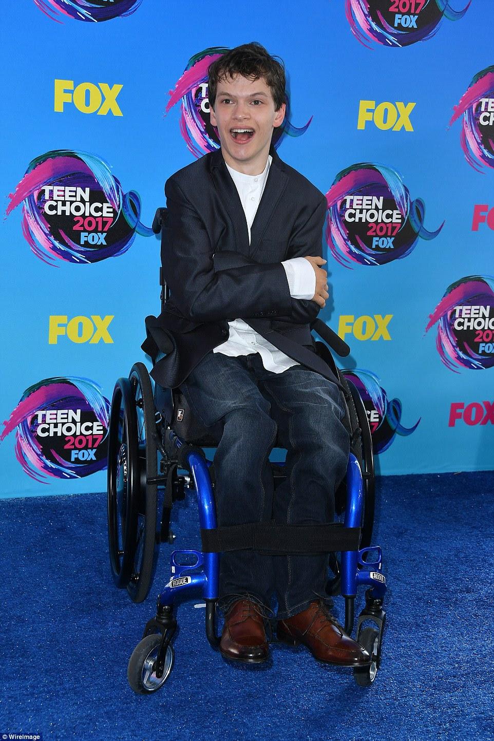 Feliz: o ator Micah Fowler sorriu no tapete azul antes do show de prêmios, que ocorreu no Galen Center em Los Angeles