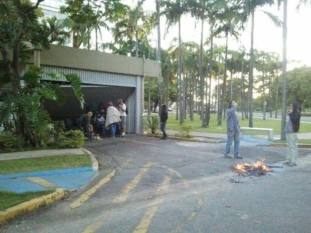 Estudantes permanecem na reitoria da USP na manhã desta quarta (Foto: Glauco Araújo/G1)