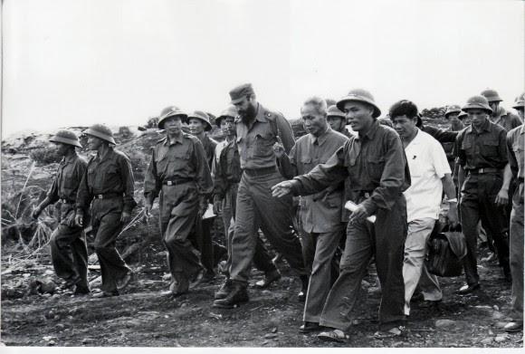 Fidel recorre las posiciones vietnamitas en medio de la guerra septiembre de 1973. Foto: Estudios Revolución/Cubadebate