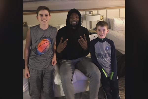 f6ca2ffaf34 VIDEO  Special delivery! Kevin Durant surprises kids with pizza delivery