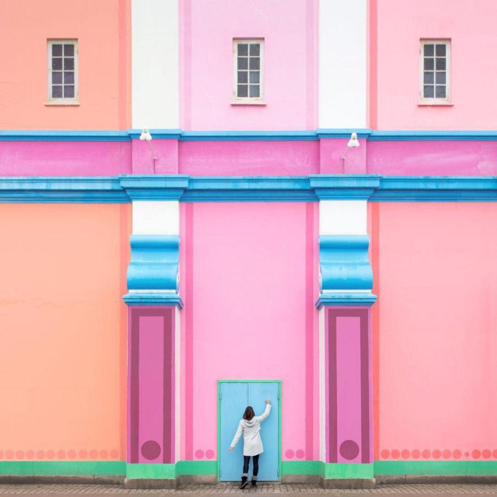 As criativas fotos de um casal que viaja o mundo brincado com a arquitetura 12