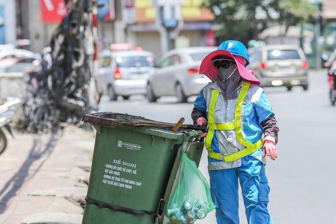 Người Hà Nội mặc bìa carton, hai tay hai ô giữa ngày nắng nóng lịch sử - Ảnh 4.