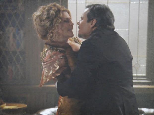 Bonifácio tenta beijar Diva à força (Foto: Lado a Lado/Tv Globo)