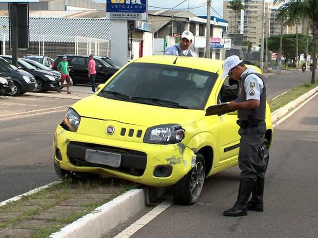 Carro da estudante de engenharia ficou danificado após colisão com veículo oficial no Espírito Santo (Foto: Reprodução/ TV Gazeta)