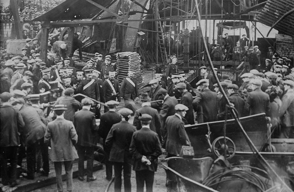 http://upload.wikimedia.org/wikipedia/commons/f/fd/Senghenydd_Colliery_Disaster.jpg