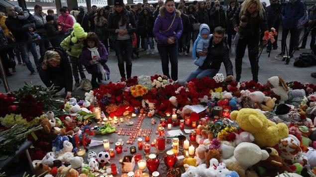 Des Russes viennent déposer des fleurs et se recueillir à l'aéroport Pulkovo de Saint-Pétersbourg, le 1er novembre, au lendemain de l'écrasement de l'avion de ligne russe en Égypte.