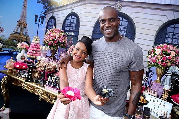 Rafael Zulu e a filha Luiza (Foto: Anderson Borde/ AgNews)