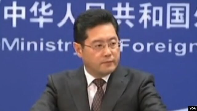 中国外交部发言人秦刚周一在外交部例行记者会上(视频截图)