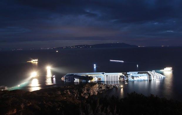 16 de janeiro - Navios trabalham retirando o óleo e o combustível do Costa Concordia vazado ao mar (Foto: Gregorio Borgia/AP)