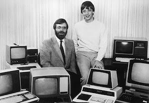 Os fundadores da Microsoft, Paul Allen (esquerda) e Bill Gates, em 19 de outubro de 1981, com diversos computadores diferentes executando o MS-DOS (Foto: Reprodução / Microsoft) (Foto: Os fundadores da Microsoft, Paul Allen (esquerda) e Bill Gates, em 19 de outubro de 1981, com diversos computadores diferentes executando o MS-DOS (Foto: Reprodução / Microsoft))