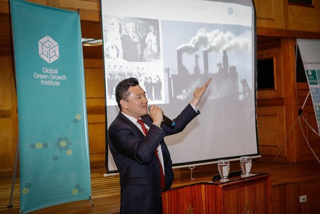 Juhern Kim, acting representative of the Global Green Growth Institute (GGGI) in Colombia, gives a presentation on the intergovernmental organisation's strategies. Credit: GGGI Colombia