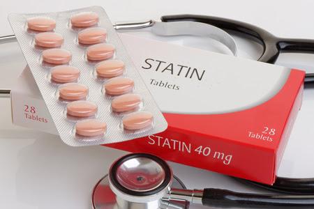 medicina: Un paquete genérico de las estatinas con un estetoscopio. A controvertidos logotipos contra medication.All colesterol removidos.
