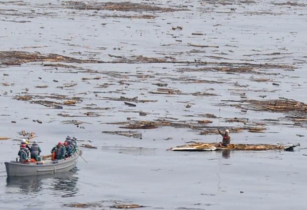Barco da marinha japonesa se aproximou do homem (Foto: AP/Ministério da Defesa)