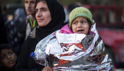 Una niña llora en brazos de su madre, este miércoles en Lesbos.