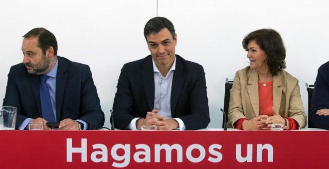 El secretario general del PSOE, Pedro Sánchez, acompañado por el secretario de Organización, José Luis Ábalos, y la secretaria de Igualdad, Carmen Calvo, durante la reunión de la Ejecutiva Federal en la sede de Ferraz. EFE/Rodrigo Jiménez