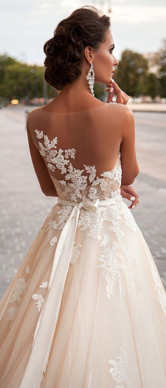 eine Hochzeit Ballkleid mit eine schiere Rücken und Spitzen-Applikationen auf, die es für einen raffinierten look