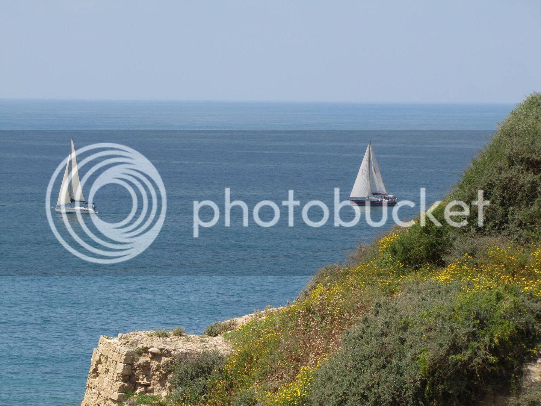 סירות מפרש בחוף אפולוניה