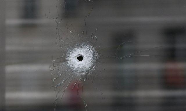 Einschussloch im Schaufenster des Café La Belle Equipe in der Rue de Charonne in Paris. Foto: Laurentvu, Sipa, Dukas