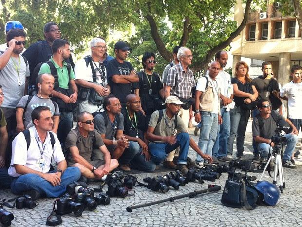 Cinegrafistas e fotógrafos se solidarizam ao colega Santiago Andrade, morto após ser atingido por um rojão durante protesto no Rio de Janeiro (Foto: Daniel Silveira/ G1)