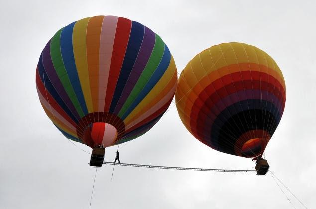 perierga.gr - Ακροβάτης περπάτησε στον αέρα ανάμεσα σε δύο αερόστατα!