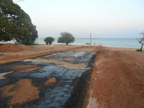 """A primeira camada de asfalto """"lambendo"""" a praia em Alter do Chão"""