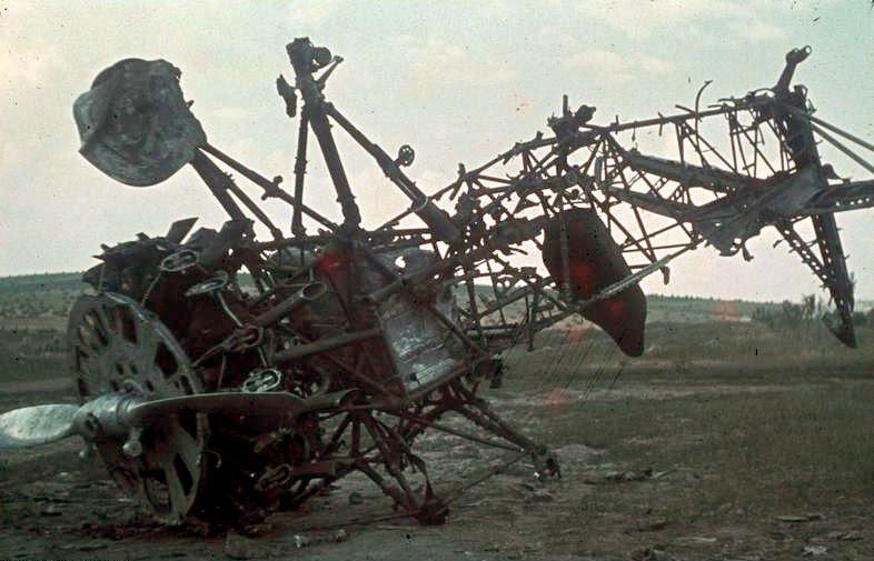 File:Bundesarchiv Bild 169-0915, Russland, zerstörtes sowjetisches Flugzeug.jpg