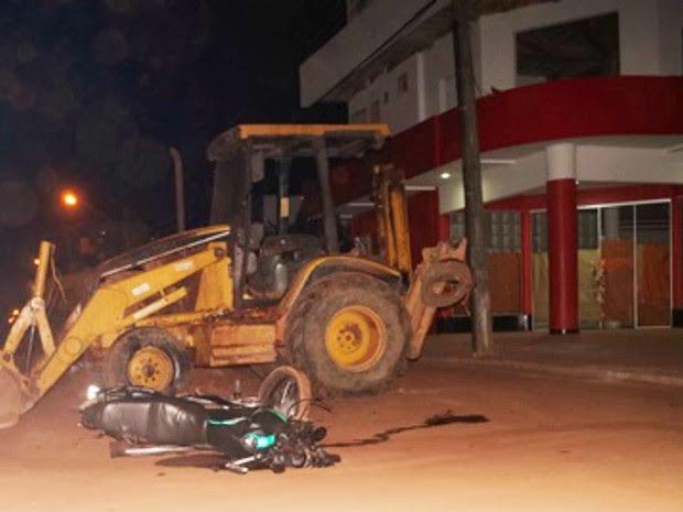 Jovem chegou frear a motocicleta, mas não conseguiu evitar a colisão (Foto: Pimenta Virtual/Reprodução)