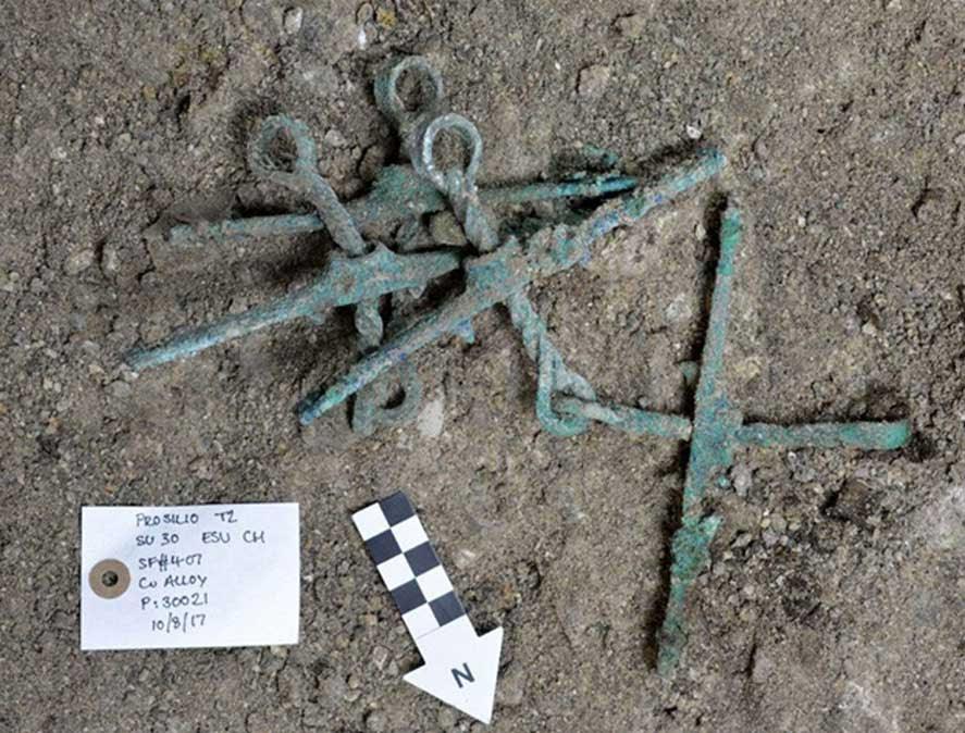 Bocados de bronce para caballos hallados en la tumba de la época micénica. (Giannis Galanakis)