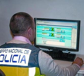 Un policía muestra una web de descarga de películas de estreno.