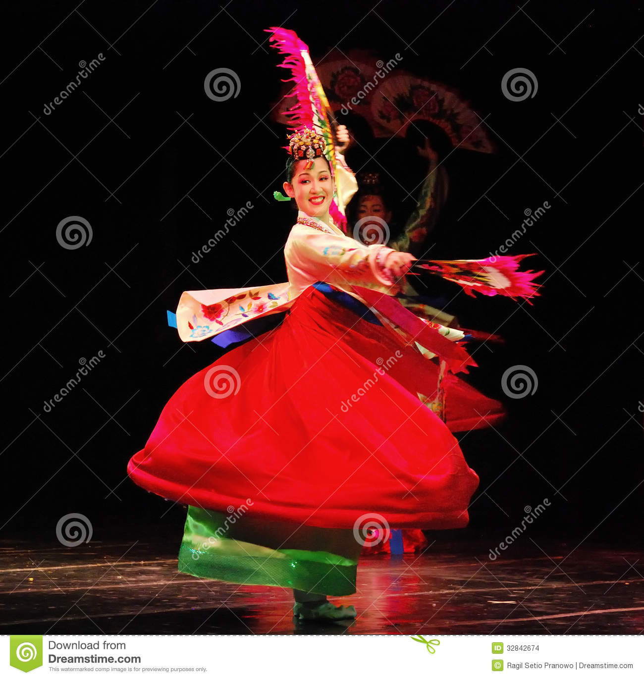 Female Dancer Of Traditional Korean Dance Editorial Stock Image  Image: 32842674