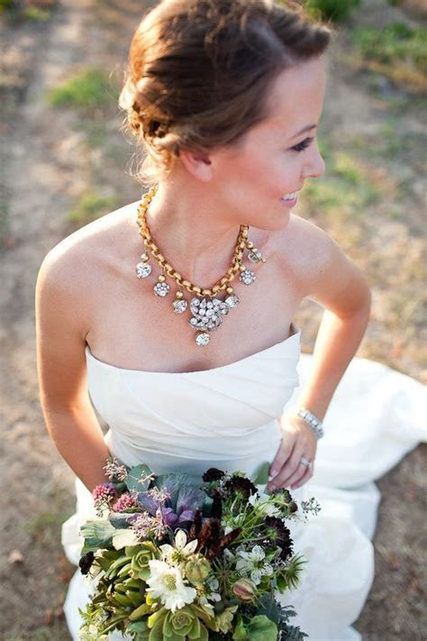 What Kind of Jewelry to Wear With a Strapless Wedding