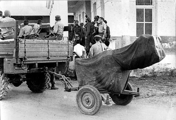 Fidel imparte instrucciones a los combatientes en la Comandancia instalada en el Central Australia