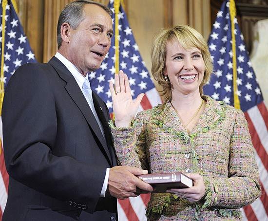 O presidente da Câmara dos Representantes, John Boehner, ao lado de Gabrielle Giffords no Capitólio