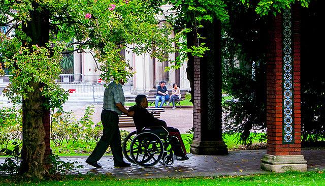 Un anciano y su cuidador en el Parque de Doña Casilda, en Bilbao. | Iñaki Andrés