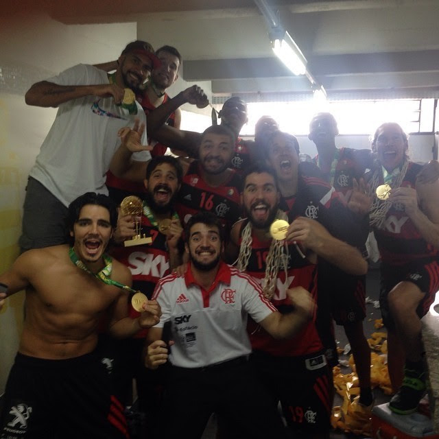 Gegê Flamengo campeão NBB 7 comemoração vestiário (Foto: Divulgação / Instagram)