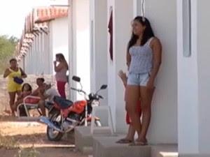 Famílias tiveram que deixar casas ocupadas irregularmente em Mossoró, RN (Foto: Reprodução/Inter TV Cabugi)